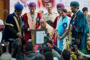 Его Святейшеству Далай-ламе вручают почетную докторскую степень университета Майсура. Майсур, штат Карнатака, Индия. 13 декабря 2016 г. Фото: Тензин Чойджор (офис ЕСДЛ)