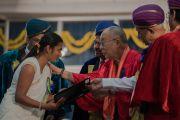 Его Святейшество Далай-лама вручает дипломы выпускникам университета Майсура. Майсур, штат Карнатака, Индия. 13 декабря 2016 г. Фото: Тензин Чойджор (офис ЕСДЛ)