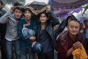 Тибетцы под дождем ожидают выхода Его Святейшества Далай-ламы у здания университета Майсура. Майсур, штат Карнатака, Индия. 13 декабря 2016 г. Фото: Тензин Чойджор (офис ЕСДЛ)