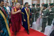 Его Святейшество Далай-лама входит в университет Майсура под звуки оркестра полиции штата Карнатака. Майсур, штат Карнатака, Индия. 13 декабря 2016 г. Фото: Тензин Чойджор (офис ЕСДЛ)