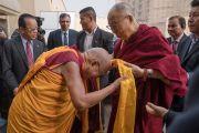 Сопа Ринпоче встречает Его Святейшество Далай-ламу в ухода в гостиницу «Ашока». Дели, Индия. 11 декабря 2016 г. Фото: Тензин Чойджор (офис ЕСДЛ)