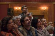 Один из слушателей задает вопрос Его Святейшеству Далай-ламе во время лекции в гостинице Ашока. Дели, Индия. 11 декабря 2016 г. Фото: Тензин Чойджор (офис ЕСДЛ)