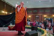 Его Святейшество Далай-лама приветствует аудиторию перед началом лекции на 21-м празднике Дхармы, организованном центром медитаций «Тушита» в гостинице Ашока. Дели, Индия. 11 декабря 2016 г. Фото: Тензин Чойджор (офис ЕСДЛ)