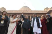 Его Святейшество Далай-лама вместе с президентом Индии Пранабом Мукержди дают старт кампании «Сто миллионов для ста миллионов» в президентском дворце Раштрапати Бхаван. Дели, Индия. 11 декабря 2016 г. Фото: Тензин Чойджор (офис ЕСДЛ)