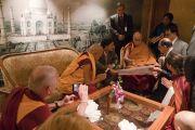 Представители центра медитаций «Тушита» и проекта ФПМТ «Статуя Будды Майтреи» знакомят Его Святейшество Далай-ламу с планом возведения статуи в Кушинагаре. Дели, Индия. 11 декабря 2016 г. Фото: Тензин Чойджор (офис ЕСДЛ)