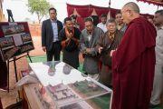 Его Святейшество Далай-лама рассматривает макет будущего здания бангалорского отделения Института тибетской медицины и астрологии. Бангалор, штат Карнатака, Индия. 14 декабря 2016 г. Фото: Тензин Чойджор (офис ЕСДЛ)