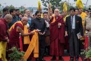 Его Святейшество Далай-лама проводит церемонию освящения Института высшего образования в присутствии министра внутренних дел штата Карнатака Дж. Прамешвара и заместителя ректора Майсурского университета К.С. Рангаппы. Бангалор, штат Карнатака, Индия. 14 декабря 2016 г. Фото: Тензин Чойджор (офис ЕСДЛ)