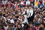Один из тибетских студентов исполняет песню в честь Его Святейшества Далай-ламы на торжественном открытии Института высшего образования под эгидой Далай-ламы. Бангалор, штат Карнатака, Индия. 14 декабря 2016 г. Фото: Тензин Чойджор (офис ЕСДЛ)