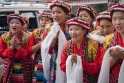Студентки в тибетских национальных костюмах ожидают прибытия Его Святейшества Далай-ламы в Институт высшего образования. Бангалор, штат Карнатака, Индия. 14 декабря 2016 г. Фото: Тензин Чойджор (офис ЕСДЛ)