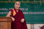 Его Святейшество Далай-лама выступает с речью на торжественном открытии Института высшего образования под эгидой Далай-ламы. м