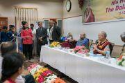 Одна из студенток Школы государственного права университета Индии задает вопрос Его Святейшеству Далай-ламе. Бангалор, штат Карнатака, Индия. 25 декабря 2016 г. Фото: Тензин Чойджор (офис ЕСДЛ)