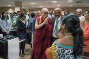 Его Святейшество Далай-лама приветствует студентов и преподавателей Школы государственного права университета Индии перед началом встречи. Бангалор, штат Карнатака, Индия. 25 декабря 2016 г. Фото: Тензин Чойджор (офис ЕСДЛ)