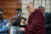 Его Святейшество Далай-лама обращается с речью к студентам и преподавателям Школы государственного права университета Индии. Бангалор, штат Карнатака, Индия. 25 декабря 2016 г. Фото: Тензин Чойджор (офис ЕСДЛ)