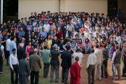 Его Святейшество Далай-лама фотографируется на память со студентами и преподавателями Школы государственного права университета Индии. Бангалор, штат Карнатака, Индия. 25 декабря 2016 г. Фото: Тензин Чойджор (офис ЕСДЛ)