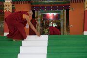 Монахи монастыря Дрепунг расстилают белую ковровую дорожку для Его Святейшества Далай-ламы. Мундгод, штат Карнатака, Индия. 16 декабря 2016 г. Фото: Тензин Чойджор (офис ЕСДЛ)