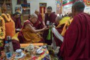 Его Святейшеству Далай-ламе делают традиционные подношения во время приветственной церемонии в монастыре Дрепунг Лачи. Мундгод, штат Карнатака, Индия. 16 декабря 2016 г. Фото: Тензин Чойджор (офис ЕСДЛ)