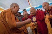 Его Святейшество Далай-лама здоровается со старшими монахами в монастыре Дрепунг Лачи. Мундгод, штат Карнатака, Индия. 16 декабря 2016 г. Фото: Тензин Чойджор (офис ЕСДЛ)