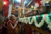 Его Святейшество Далай-лама у алтаря в храме монастыря Дрепунг Лачи. Мундгод, штат Карнатака, Индия. 16 декабря 2016 г. Фото: Тензин Чойджор (офис ЕСДЛ)