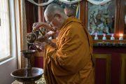 Его Святейшество Далай-лама совершает подношение в монастыре Рато. Мундгод, штат Карнатака, Индия. 17 декабря 2016 г. Фото: Тензин Чойджор (офис ЕСДЛ)
