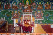 Его Святейшество Далай-лама выступает с речью в новом дворе для философских диспутов в монастыре Рато. Мундгод, штат Карнатака, Индия. 17 декабря 2016 г. Фото: Тензин Чойджор (офис ЕСДЛ)