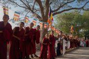 Монахи и местные жители выстроились вдоль дороги, ведущей в монастырь Дрепунг Лоселинг, чтобы поприветствовать Его Святейшество Далай-ламу. Мундгод, штат Карнатака, Индия. 18 декабря 2016 г. Фото: Тензин Чойджор (офис ЕСДЛ)