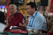 Цонду Сампхел комментирует доклады первой сессии на международном симпозиуме «Эмори–Тибет» (на заднем плане директор Библиотеки тибетских трудов и архивов геше Лхакдор). Мундгод, штат Карнатака, Индия. 18 декабря 2016 г. Фото: Тензин Чойджор (офис ЕСДЛ)