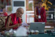 Ганден Трипа Джецун Лобсанг Тензин выступает с речью на открытии первого международного симпозиума «Эмори–Тибет». Мундгод, штат Карнатака, Индия. 18 декабря 2016 г. Фото: Тензин Чойджор (офис ЕСДЛ)