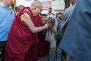 Его Святейшество Далай-лама утешает нищего по дороге в монастырь Дрепунг Лоселинг. Мундгод, штат Карнатака, Индия. 18 декабря 2016 г. Фото: Тензин Чойджор (офис ЕСДЛ)