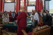 Его Святейшество Далай-лама приветствует докладчиков первого международного симпозиума «Эмори–Тибет». Мундгод, штат Карнатака, Индия. 18 декабря 2016 г. Фото: Тензин Чойджор (офис ЕСДЛ)