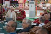 Джон Дюран выступает с докладом «Что такое наука?» на второй сессии международного симпозиума «Эмори–Тибет». Мундгод, штат Карнатака, Индия. 18 декабря 2016 г. Фото: Тензин Чойджор (офис ЕСДЛ)