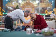 Его Святейшество Далай-лама благодарит французского философа Мишеля Битбола за доклад на международном симпозиуме «Эмори–Тибет». Мундгод, штат Карнатака, Индия. 18 декабря 2016 г. Фото: Тензин Чойджор (офис ЕСДЛ)