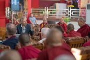 Крис Импи делает доклад о фундаментальных образующих частицах вселенной и ее происхождении на международном симпозиуме «Эмори–Тибет». Мундгод, штат Карнатака, Индия. 19 декабря 2016 г. Фото: Тензин Чойджор (офис ЕСДЛ)