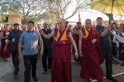 Его Святейшество Далай-лама идет из монастыря Дрепунг Лачи в монастырь Дрепунг Лоселинг и по дороге приветствует своих почитателей. Мундгод, штат Карнатака, Индия. 19 декабря 2016 г. Фото: Тензин Чойджор (офис ЕСДЛ)