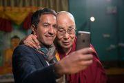Санджай Гупта фотографируется с Его Святейшеством Далай-ламой после интервью. Мундгод, штат Карнатака, Индия. 19 декабря 2016 г. Фото: Тензин Чойджор (офис ЕСДЛ)