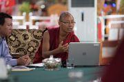 Досточтимый Тхабке выступает с докладом о буддийском воззрении на происхождение вселенной. Мундгод, штат Карнатака, Индия. 19 декабря 2016 г. Фото: Тензин Чойджор (офис ЕСДЛ)