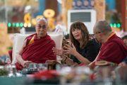 Кимберли Шонерт-Рейчл участвует в обсуждении одного из докладов в заключительный день конференции «Эмори–Тибет». Мундгод, штат Карнатака, Индия. 20 декабря 2016 г. Фото: Тензин Чойджор (офис ЕСДЛ)