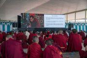 Для тех, кому не хватило места в большом зале монастыря Дрепунг Лоселинг, во дворе под навесами установили большие экраны, чтобы они могли следить за ходом конференции «Эмори–Тибет». Мундгод, штат Карнатака, Индия. 20 декабря 2016 г. Фото: Тензин Чойджор (офис ЕСДЛ)