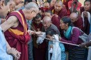 Его Святейшество Далай-лама здоровается с тибетцами по пути в монастырь Дрепунг Лоселинг. Мундгод, штат Карнатака, Индия. 20 декабря 2016 г. Фото: Тензин Чойджор (офис ЕСДЛ)