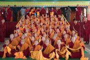 Его Святейшество Далай-лама фотографируется на память с молодыми монахами-послушниками из Монголии после встречи в монастыре Дрепунг Лачи. Мундгод, штат Карнатака, Индия. 20 декабря 2016 г. Фото: Тензин Чойджор (офис ЕСДЛ)
