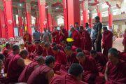Во время обеденного перерыва в заключительный день конференции «Эмори–Тибет» Его Святейшество Далай-лама наблюдает за монахами, читающими «Руководство на Срединном пути» Чандракирти. Мундгод, штат Карнатака, Индия. 20 декабря 2016 г. Фото: Тензин Чойджор (офис ЕСДЛ)