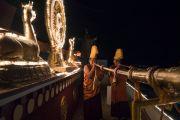 Ранним утром монахи монастыря Дрепунг Лачи дуют в ритуальные трубы перед началом церемонии подношения молебна о долголетии Его Святейшеству Далай-ламе. Мундгод, штат Карнатака, Индия. 21 декабря 2016 г. Фото: Тензин Чойджор (офис ЕСДЛ)
