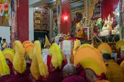 Его Святейшество Далай-лама в монастыре Дрепунг Лачи во время молебна о его долголетии. Мундгод, штат Карнатака, Индия. 21 декабря 2016 г. Фото: Тензин Чойджор (офис ЕСДЛ)
