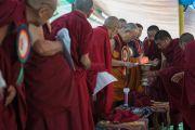 Его Святейшество Далай-лама зажигает масляный светильник в ознаменование начала торжеств, посвященных 600-летию монастыря Дрепунг в монастыре Дрепунг Лачи. Мундгод, штат Карнатака, Индия. 21 декабря 2016 г. Фото: Тензин Чойджор (офис ЕСДЛ)