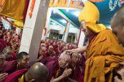 Его Святейшество Далай-лама шутливо приветствует пожилого монаха в монастыре Дрепунг Лачи. Мундгод, штат Карнатака, Индия. 21 декабря 2016 г. Фото: Тензин Чойджор (офис ЕСДЛ)
