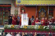 Его Святейшество Далай-лама выступает на торжественной церемонии в честь 600-летия монастыря Дрепунг в монастыре Дрепунг Лачи. Мундгод, штат Карнатака, Индия. 21 декабря 2016 г. Фото: Тензин Чойджор (офис ЕСДЛ)