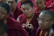 Монахи совершают символическое подношение мандалы во время молебна о долголетии Его Святейшества Далай-ламы. Мундгод, штат Карнатака, Индия. 21 декабря 2016 г. Фото: Тензин Чойджор (офис ЕСДЛ)