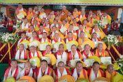 Его Святейшество Далай-лама фотографируется с монахами, получившими степень геше (доктора буддийской философии) на праздновании 600-летия монастыря Дрепунг в монастыре Дрепунг Лачи. Мундгод, штат Карнатака, Индия. 21 декабря 2016 г. Фото: Тензин Чойджор (офис ЕСДЛ)