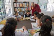 Его Святейшество Далай-лама обсуждает с детьми книги, которые они читают, в библиотеке Шивацо. Мундгод, штат Карнатака, Индия. 22 декабря 2016 г. Фото: Тензин Чойджор (офис ЕСДЛ)