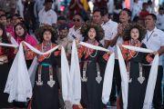 Ученики исполняют народную песню в честь прибытия Его Святейшества Далай-ламы на празднование 50-летия Центральной тибетской школы. Мундгод, штат Карнатака, Индия. 22 декабря 2016 г. Фото: Тензин Чойджор (офис ЕСДЛ)