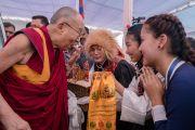 Ученики в национальных костюмах приветствуют Его Святейшество Далай-ламу в Центральной тибетской школе. Мундгод, штат Карнатака, Индия. 22 декабря 2016 г. Фото: Тензин Чойджор (офис ЕСДЛ)